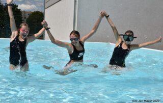 Dzieci w basenie zewnętrznym