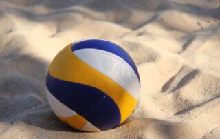 Piłka do siatkówki plażowej na piasku.