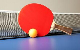 Rakietka i stół do tenisa stołowego