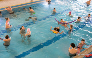Klienci w basenie rekreacyjnym