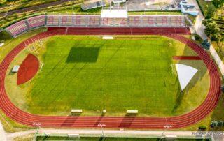 Boisko piłkarskie z naturalna nawierzchnią