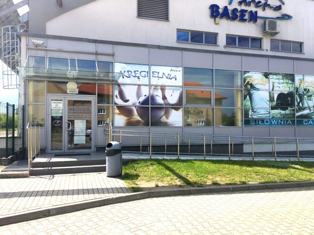 Wejście dla osób niepełnosprawnych na Basen Arena.