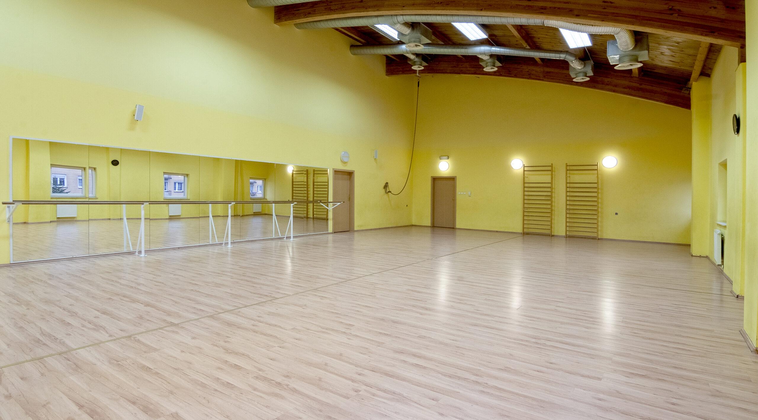 Sala fitness z lustrami