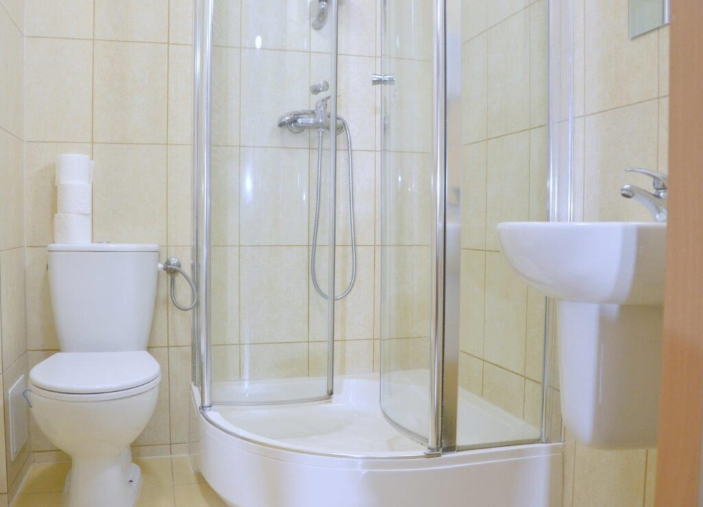Łazienka w pokoju hostelowym