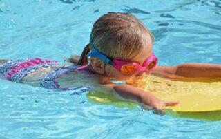 dziecko w basenie